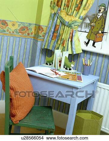 Stock foto geverfde blauwe tafel in een kind blauw en groen slaapkamer u28566054 zoek - Grafiek blauw grijze verf ...