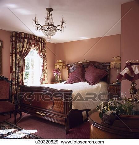 Arkivfotografi   antikk, mahogni, seng, og, floral, gardiner, inn ...