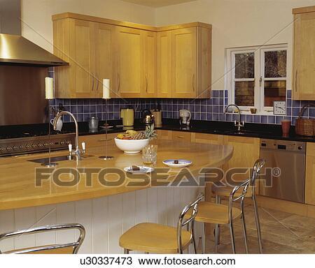Archivio fotografico cromo e legno sgabelli a - Sgabelli cucina in legno ...