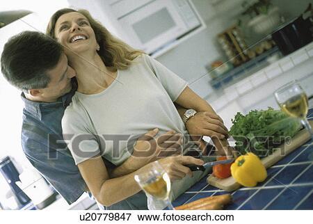 图片- 妇女, 爱, 夫妇, 人, 浪漫, 在中, 厨房, 拥抱.图片