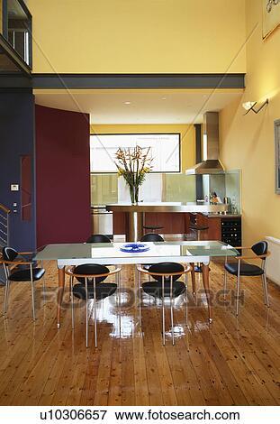 Immagine tavola bicchiere e nero sedie in openplan for Tavola e sedie