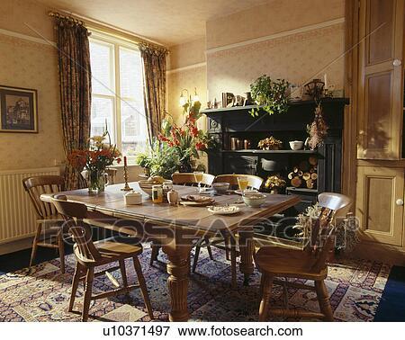 Immagine pino sedie e tavola in tradizionale sala for Tavola e sedie