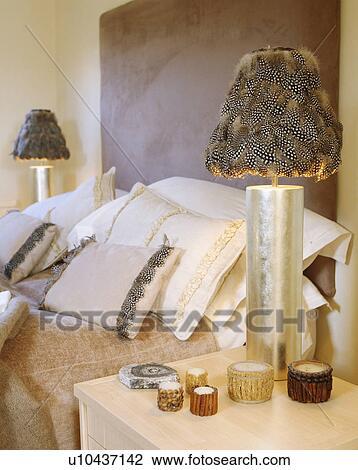 stock foto nahaufnahme von metallisch lampe mit feder lampenschirm tisch neben bett. Black Bedroom Furniture Sets. Home Design Ideas