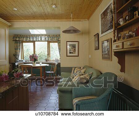 stock foto gr nes sofa und lloyd webstuhl sessel in wohnzimmer mit tongue groove. Black Bedroom Furniture Sets. Home Design Ideas
