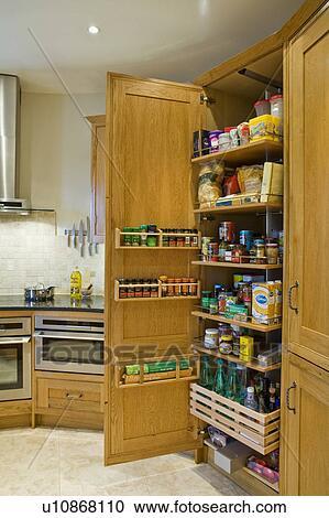 banques de photographies pull out garde manger placard dans traditionnel ch ne cuisine. Black Bedroom Furniture Sets. Home Design Ideas