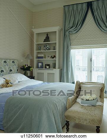 banques de photographies bleu bedcover lit dans maison mitoyenne chambre coucher. Black Bedroom Furniture Sets. Home Design Ideas
