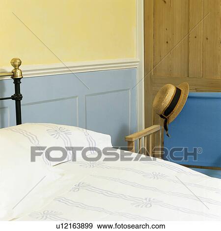 Stock fotografie blauwe dado paneelwerk op muur for Bed in muur
