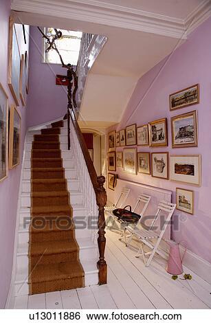 stock bilder mauve farbe gewaschen w nde mit wei malen boden und treppe machen. Black Bedroom Furniture Sets. Home Design Ideas