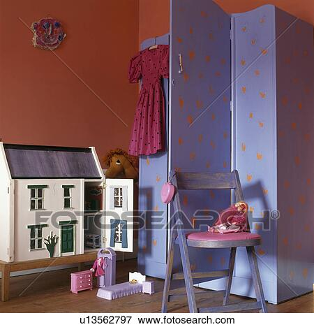 Beeld het huis van doll en blauw kleerkast in kind rood slaapkamer u13562797 zoek - Grafiek blauw grijze verf ...