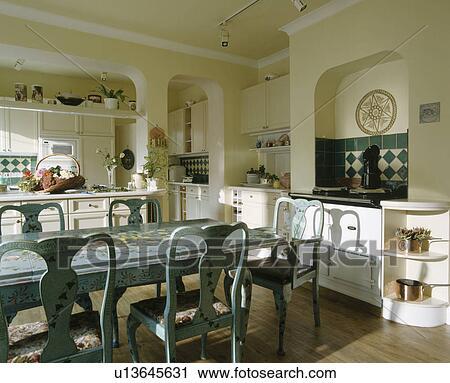 Stock fotografie hand geverfd floral decoratie op bleek blauw stoelen en tafel in - Traditionele keukens ...