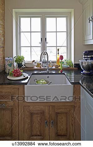 Archivio fotografico bianco ceramica belfast undermounted lavandino sotto finestra in - Cucine sotto finestra ...