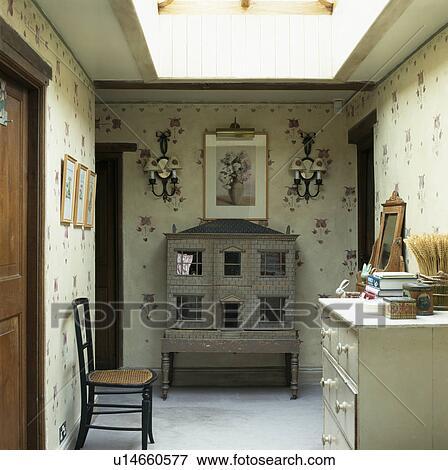 Beeld antieke het huis van doll op tussenverdieping met hand geverfd floral muren - Beeld van eigentijds huis ...