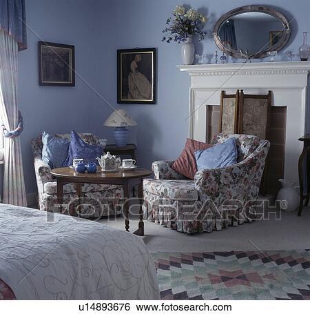 Archivio di immagini floreale poltrona e circolare tavola iin fronte di caminetto in - Letto circolare ...