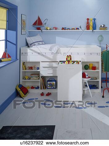 Stock foto opslag planken onder witte perron bed in kind pastel blauwe slaapkamer - Pastel slaapkamer kind ...