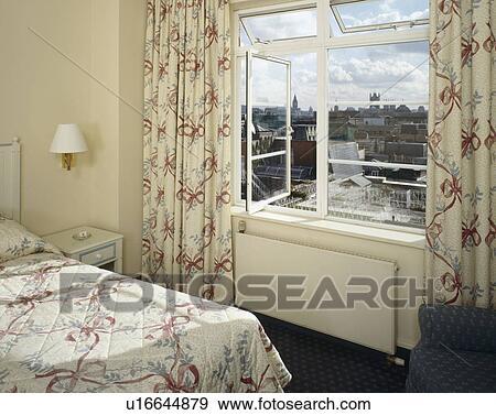 Archivio fotografico nastro modellato tenda e - Letto sotto finestra ...