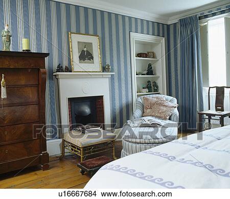 Stockfoto   blå, stribet tapet, ind, by hus, soveværelse, hos ...