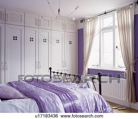 banque d 39 images mauve soie dredon lit sur moderne chambre coucher blanc ajust. Black Bedroom Furniture Sets. Home Design Ideas