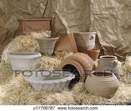bild nahaufnahme von gro leerer terracotta und steingarten t pfe auf stroh u17706787. Black Bedroom Furniture Sets. Home Design Ideas
