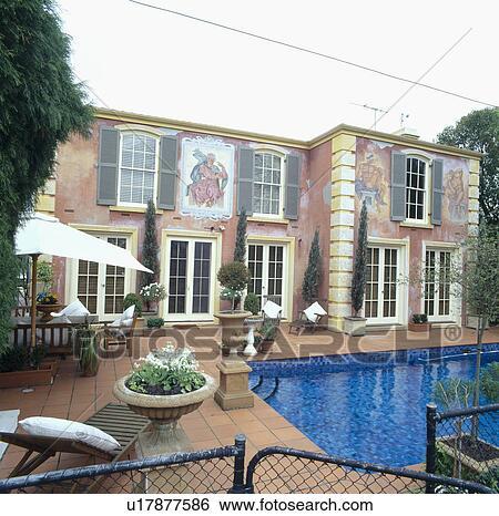Archivio di immagini neoclassico murale dipinto su for Grande casa con piscina