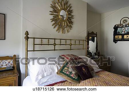 Stock afbeeldingen starburst spiegel boven antiek for Spiegel boven bed