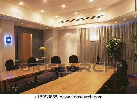 banque d 39 image plafond clairage au dessus table dans salle r union dans moderne. Black Bedroom Furniture Sets. Home Design Ideas