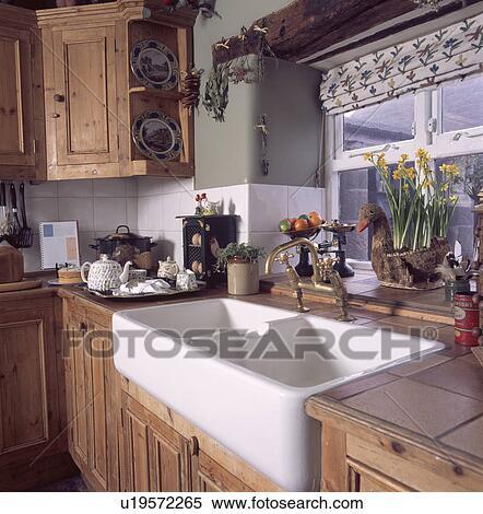 Archivio immagini doppio bianco ceramica lavandino sotto finestra in andato bene pino - Lavandini cucina ceramica ...
