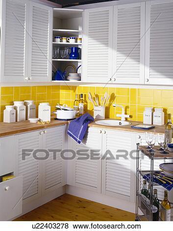 ... keuken, met, gele, muur tegels, en, kasten, met, witte, louvre, deuren