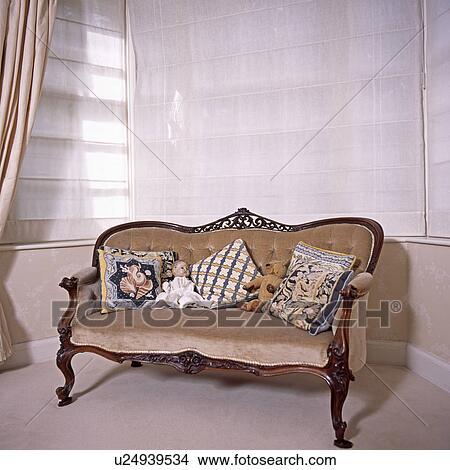 stock foto tapisserie kissen und altmodisch puppe auf beige velour gepolstert antiker. Black Bedroom Furniture Sets. Home Design Ideas