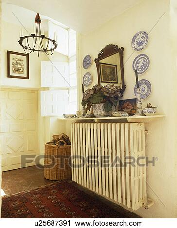 banques de photographies blue white plaques sur non plus c t de miroir sur mur au. Black Bedroom Furniture Sets. Home Design Ideas