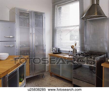 banque d 39 image grand m tal placard opaque portes verre dans moderne cuisine. Black Bedroom Furniture Sets. Home Design Ideas