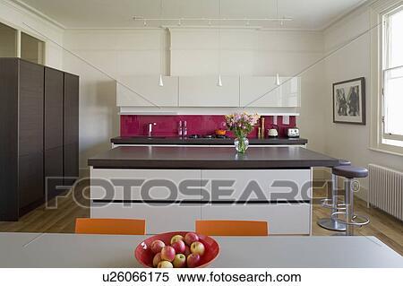 Stock afbeelding eiland eenheid met werpen beton hars worktop in hippe keuken met - Keuken witte lak ...