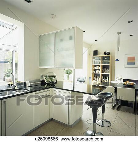 Stock afbeeldingen bomba krukken op granite toppedm van een schiereiland ontbijt staaf - Keuken eetkamer ...