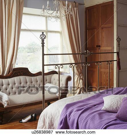 foto antig idade sof frente janela com creme cortinas em tradicional quarto com. Black Bedroom Furniture Sets. Home Design Ideas