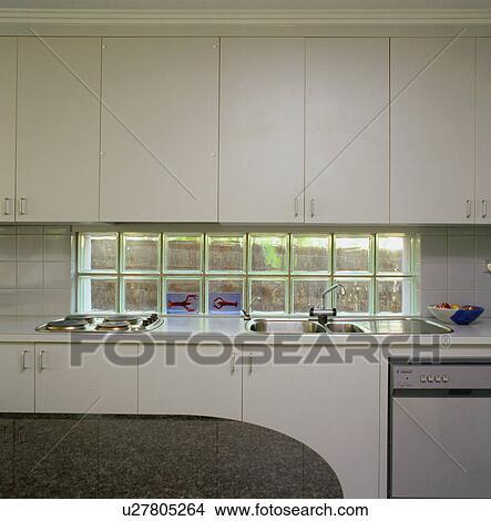 Banque de photo brique verre fen tre entre ajust for Brique de verre cuisine