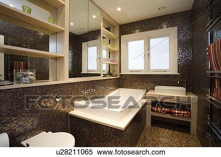 stock bild modernes rechteckig bad und braun mosaik