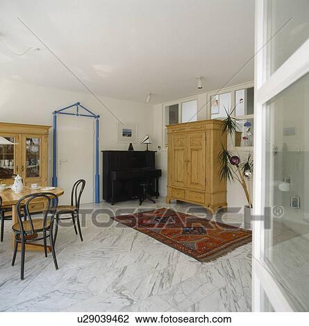 stock foto bentwood st hle und rot orientalischer teppich auf marmor fussboden in. Black Bedroom Furniture Sets. Home Design Ideas