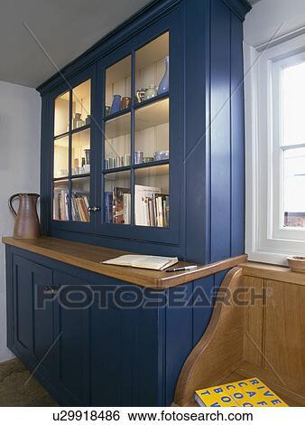stock bilder nahaufnahme von gepa t blau kueche kommode mit angez ndet regale. Black Bedroom Furniture Sets. Home Design Ideas