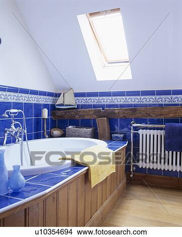 banque de photo velux fen tre dans blanc grenier salle bains bleu clair tuiles et. Black Bedroom Furniture Sets. Home Design Ideas