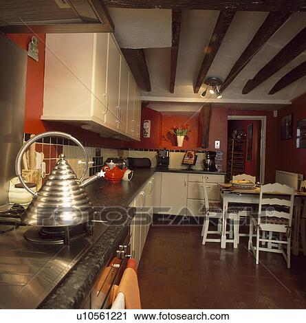 Stock fotografie hippe roestvrij staal ketel op hob in rood keuken met witte - Keuken witte tafel ...