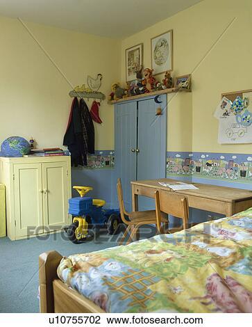 banque de photo papier peint frise bleu moquette dans enfant pastel jaune chambre. Black Bedroom Furniture Sets. Home Design Ideas