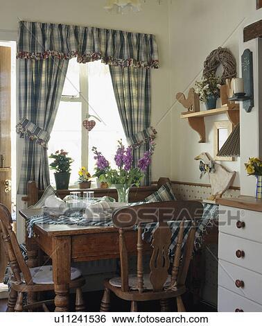 stock bilder blau kariert vorh nge auf fenster oben. Black Bedroom Furniture Sets. Home Design Ideas