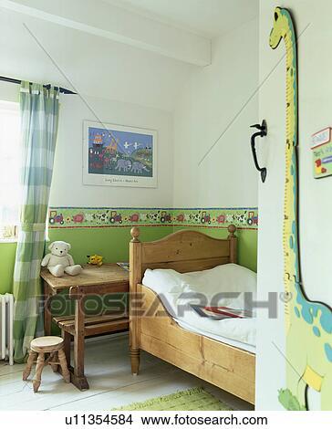 stock foto gr n dado in schlafzimmer kindes mit klein kiefer bett u11354584 suche. Black Bedroom Furniture Sets. Home Design Ideas