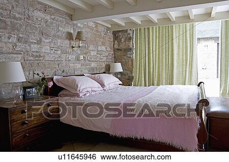 pietra, dietro, letto, con, rosa, coperte, in, cottage, camera letto ...