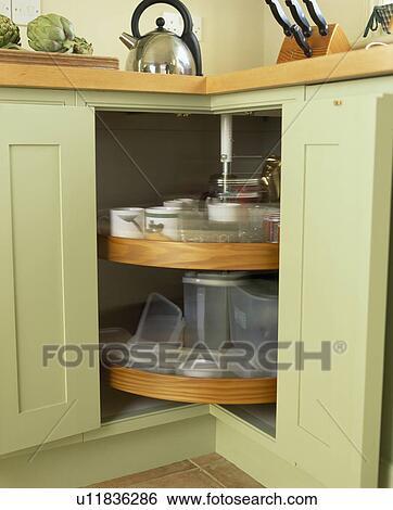 stock bilder nahaufnahme von karussell einheit in pastell gr ne k che geschirrschrank. Black Bedroom Furniture Sets. Home Design Ideas