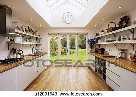 banque de photo plancher bois et verre portes patio dans moderne cuisine extension. Black Bedroom Furniture Sets. Home Design Ideas
