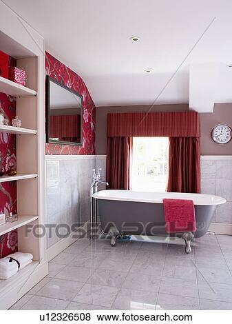 bilder clawfoot bad in modernes badezimmer mit rot tapezieren und vorh nge und. Black Bedroom Furniture Sets. Home Design Ideas