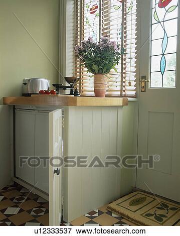image petit frigidaire et cong lateur cach dans cuisine verte placard u12333537. Black Bedroom Furniture Sets. Home Design Ideas