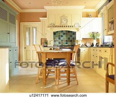 banques de photographies table bois et chaises dans pays cuisine peint dans farrow. Black Bedroom Furniture Sets. Home Design Ideas