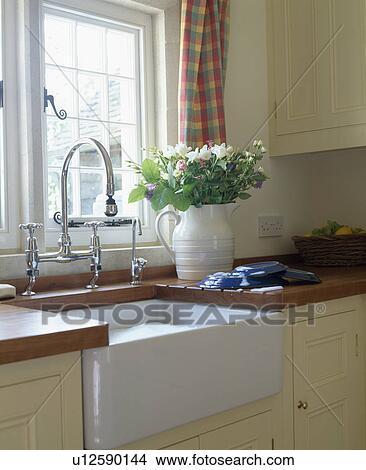 Archivio fotografico primo piano di belfast lavandino sotto cucina finestra u12590144 - Cucine sotto finestra ...