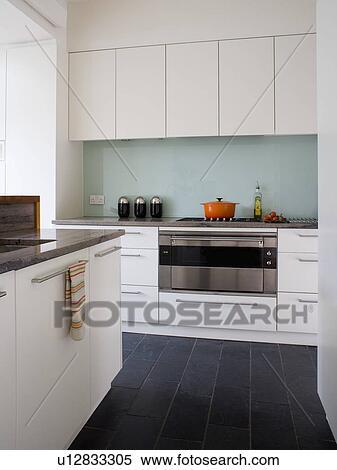 Archivio immagini nero mattonelle pavimento in moderno bianco cucina con vetro - Mattonelle pavimento cucina ...